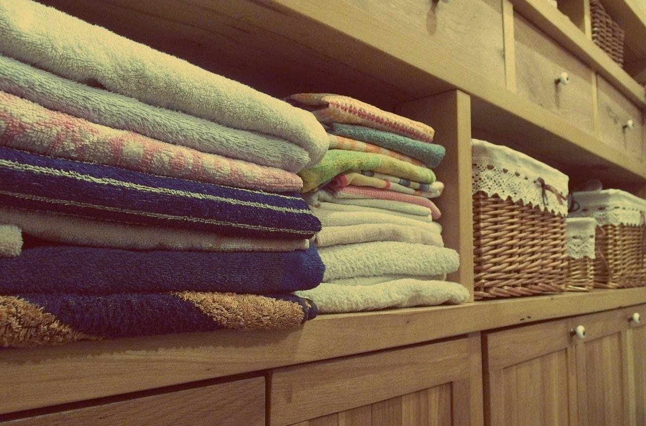 Prydlig ordning i en garderob